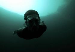 Base-Jumping unter Wasser in ein schwarzes Loch