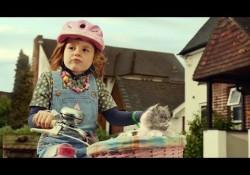 """Kleines Mädchen und Katze auf Fahrrad singen """"We built this City"""""""